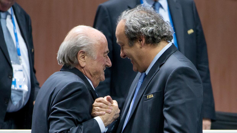Blatter y Platini se saludan durante una ceremonia de la FIFA este 2015.