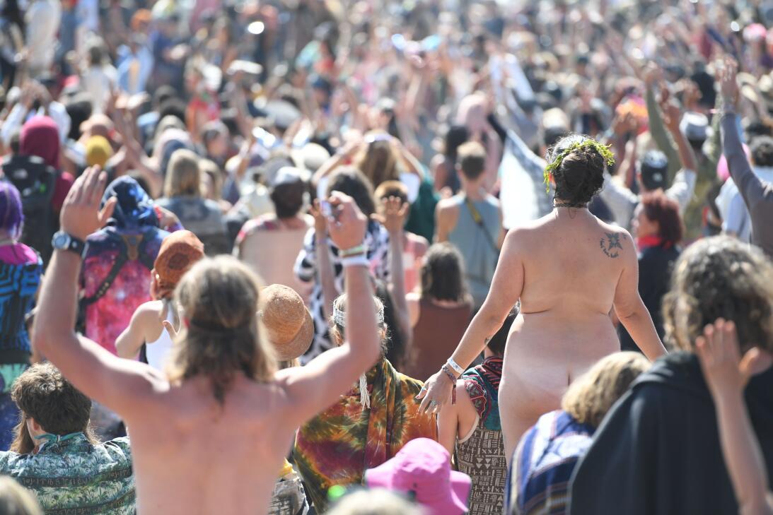 Algunos vieron el fenómeno sin ropa, en el Symbiosis Oregon Eclipse Fest...