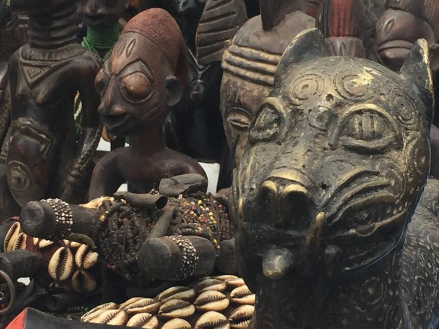Las esculturas de animales y feminidad son comunes en la cultura africana.