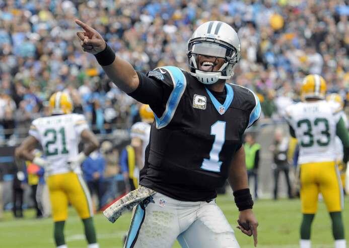 Cam Newton consiguió tres touchdowns por pase y uno por carrera para ayu...