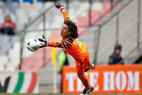 Para el verano de 2011, el contrato de Guillermo Ochoa con América llegó...