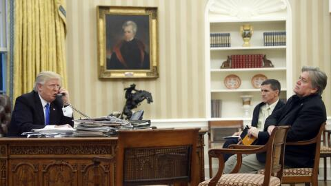 Una imagen de enero de 2017 en la que Trump tiene frente a su escritorio...