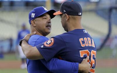 Dave Roberts, manager de los Dodgers, y Alex Cora, bench coach de los As...
