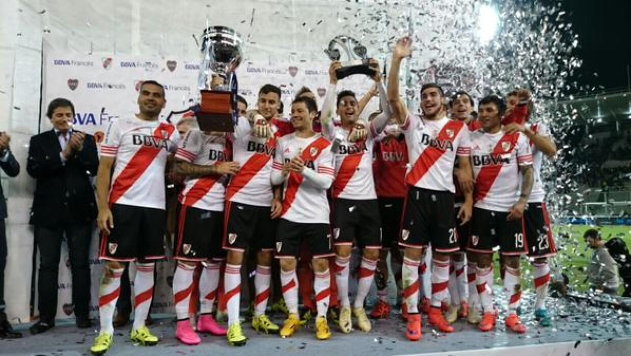 River celebra con el trofeo ganado en Córdoba.
