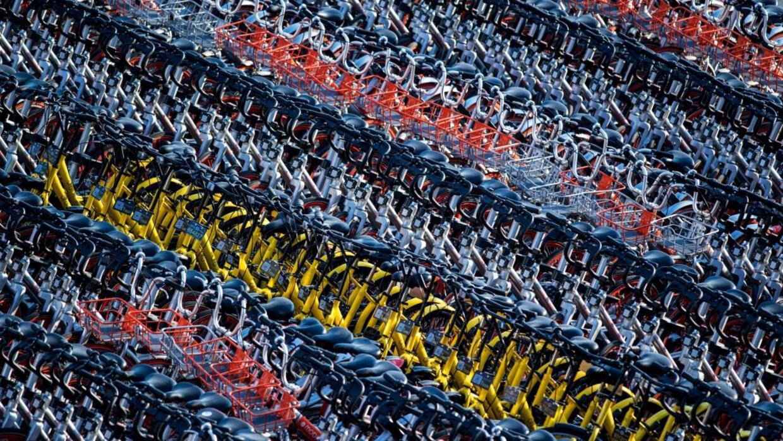 En China, el exceso de bicicletas 'dockless' en las calles se ha convert...