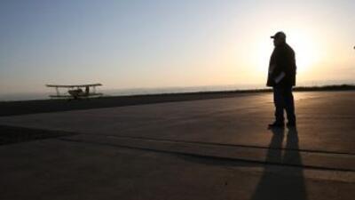Un agricultor junto a una avioneta en Estados Unidos.