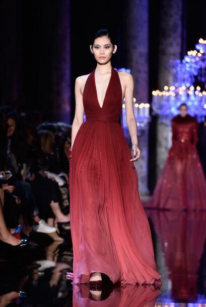 Este vestido en tono granate y degradado, es una excelente opción para u...
