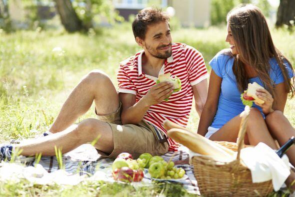 Hagan un picnic. Si trabajan cerca, pueden organizar un mediodía de parq...