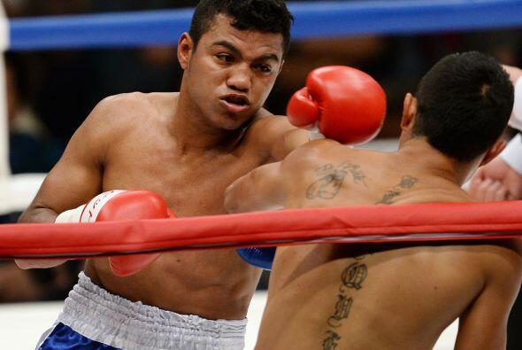 No esperó mucho González y mandó a la lona a Blanquet en el primer asalto.