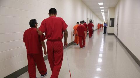 Detenidos caminan en un centro de detenciones de ICE en Adelanto, Califo...