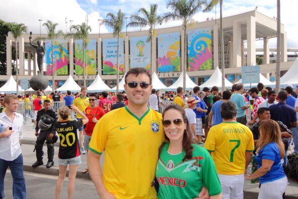 Alberto Sardiñas y su esposa Fay en la entrada de Maracaná donde estuvie...