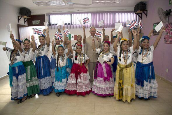 Unas pequeñas bailarinas con trajes típicos alegraron la foto de Charles.