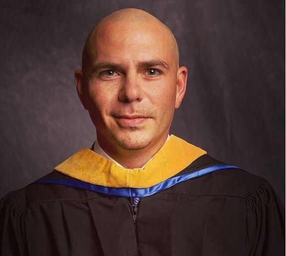 Como todo un maestros, Pitbull presumió esta foto de su graduación.