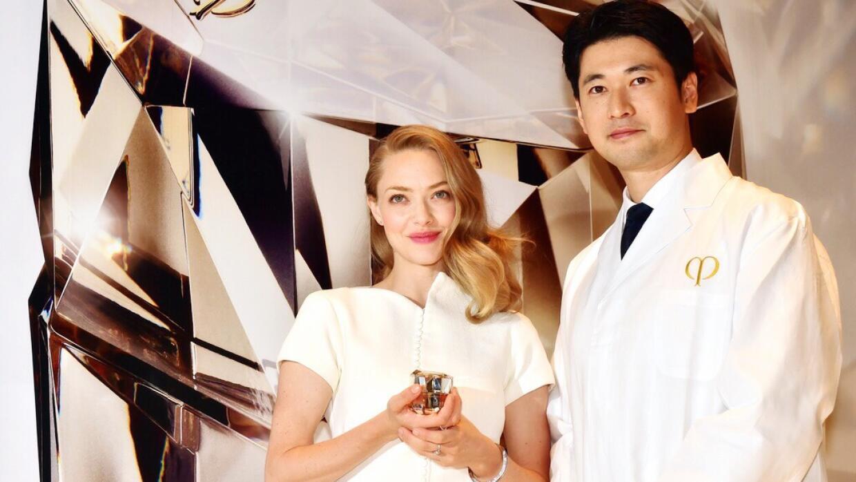 Amanda Seyfried con investigador de Shiseido Takayuki Ishimatsu promo