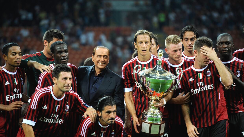 Silvio Berlusconi en una premiación con jugadores del AC Milan.