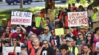 """Decenas de personas protestan en la Alcaldía de Los Ángeles bajo el lema """"Las familias deben estar juntas"""""""