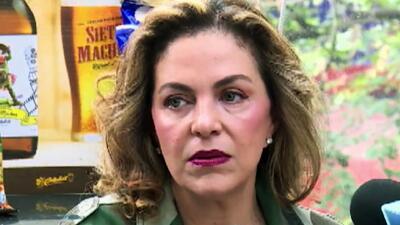 La viuda del hijo de Cantinflas lanza cerveza y papas con el nombre del comediante (sin preocuparle que la ataquen)