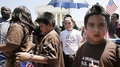Un grupo de niños ciudadanos estadounidenses hijos de madres indocumenta...