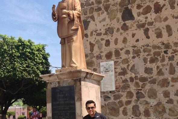 Aquí lo vemos en el monumento al padre Toribio Romo en Tequila.   Escuch...