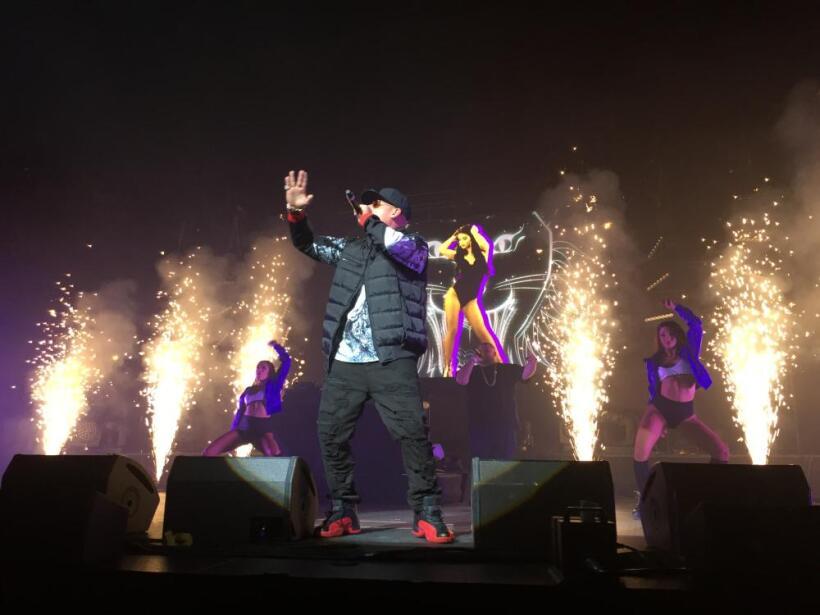 """Nicky Jam cantando """"Hasta el Amanecer""""."""