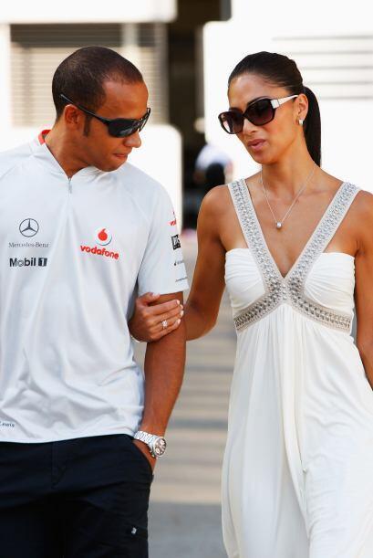 El campeón del mundo en 2008 se ve muy enamorado de su bella novia.