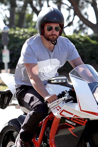 Bradley Cooper se fue a pasear en moto. ¿Y la limo? Mira aquí los videos...