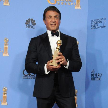 Sylvester Stallone sosteniendo su Globo de Oro