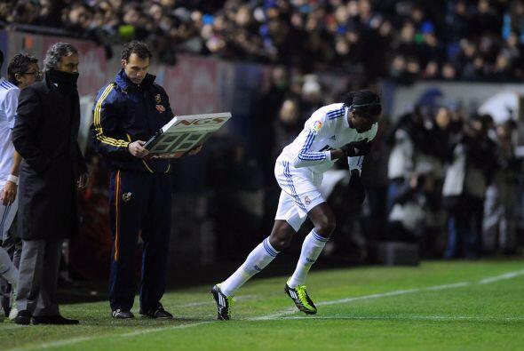 Mourinho mandó al campo a su reciente refuerzo, Emmanuel Adebayor, para...