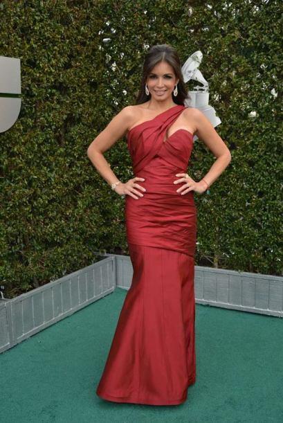 En 2012 Giselle Blondet llegó con este vestido en seda rojo que resaltó...
