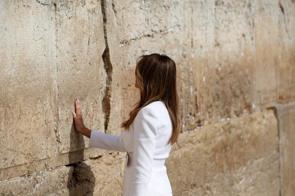 Melania Trump, como es costumbre, tocó el muro separada de su esposo.