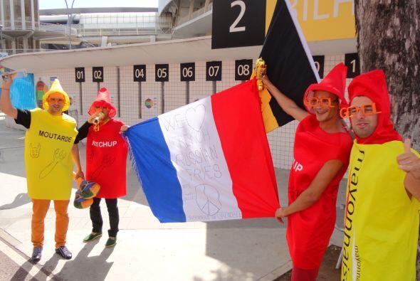 Los fanáticos de Bélgica y Rusia sorpredieron a todos con sus disfraces.