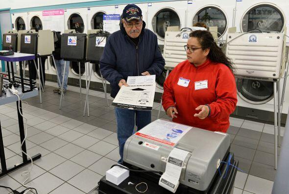 En la imagen la escrutadora electoral Celia Lazalde ayuda al votante Fra...