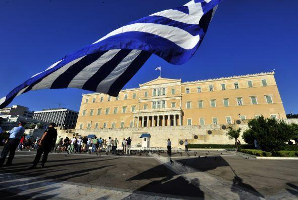 En el caso de Grecia, el país no ha parado de ver su nota degradada desd...