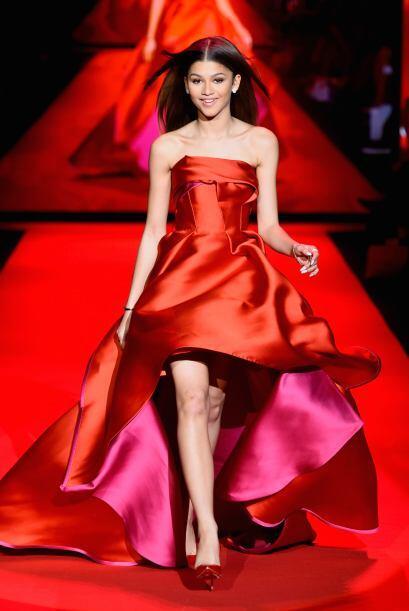 El vestido de la cantante Zendaya, combinó el color rosa y el rojo.