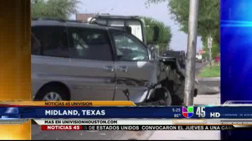 Auto se estrelló contra poste. El conductor dijo que la culpa lo tuvo el...
