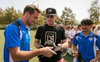 Will Ferrell entrega gorras de LAFC a futbolistas de Leicester City FC.