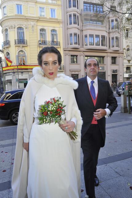 La novia, María Escrivá de Balaguer, minutos antes de entrar a la iglesi...