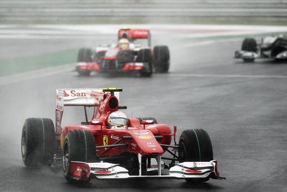 Pero Vettel abandonó en la vuelta 45 por problemas mecánicos y le dejó e...