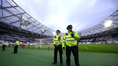 La Policía no logró evitar que aficionados ingresaran a la cancha del Ol...