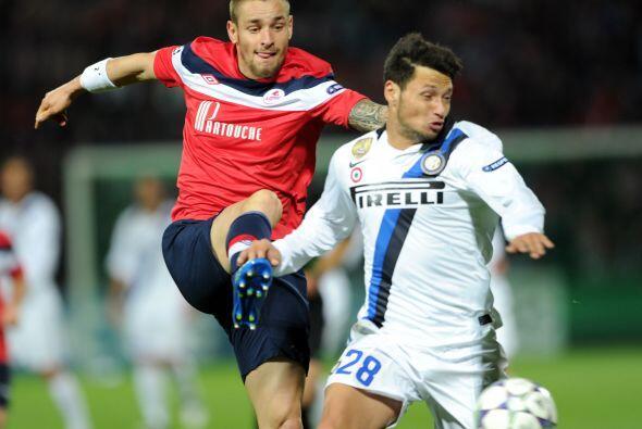 El argentino Mauro Zárate sigue como titular en el conjunto de Milan.