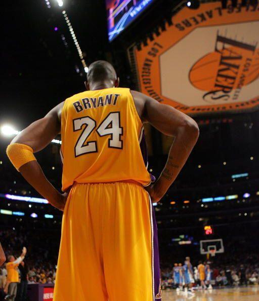En 2006, Bryant anunció que cambiaba su dorsal del 8 al 24, su primer nú...