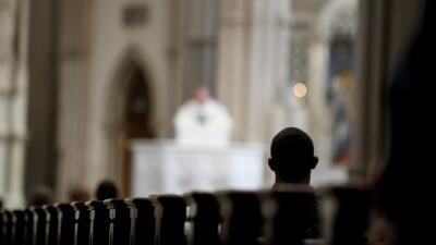 Un sacerdote arruina el funeral de un joven que se suicidó con una homilía en la que lo critica
