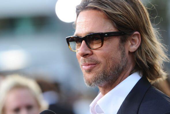 Con un look semejante al de rockero Kurt Cobain, el actor Brad Pitt arri...
