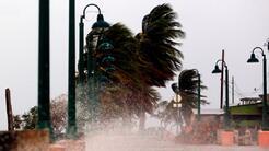 Fuertes vientos golpean la costa de la ciudad de Fajardo, mientras el hu...