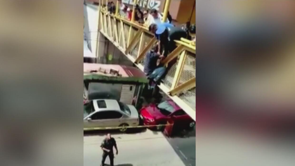 En video: Agentes mexicanos frustraron el intento de suicidio de un homb...