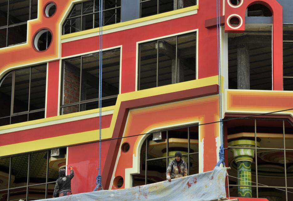 Los edificios de esta arquitectura se caracterizan por reflejar la duali...