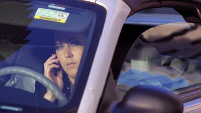 Comienzan multas por usar el celular al conducir
