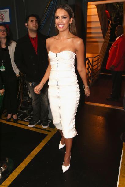 La bella Jessica Alba esperaba en backstage a que llegara su turno.