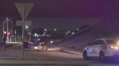 Investigan el ataque a bala contra una pareja dentro de un auto desde otro vehículo en movimiento