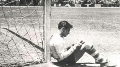 Jaime 'Tubo' Gómez en la icónica imagen leyendo en el Parque Obl...